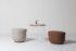 Foto con tavolino Litta e due pouf della collezione Cup