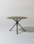 Foto del tavolino Revo con piano in vetro e struttura in metallo