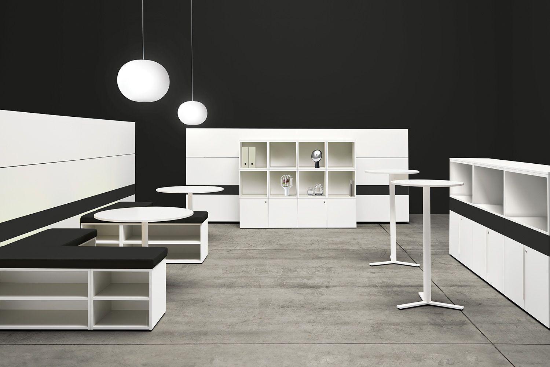 Interno di una sala nera allestita in stile lounge coffee con la collezione K-Word